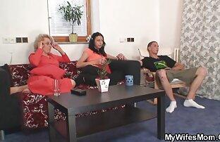 عامل ورزش ها هیجان زده به تماشای یک داستانسکسی خاله زن و شوهر رابطه جنسی و خودش fondles