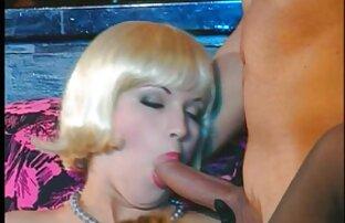زرق و برق دار خاله سوپر دختر زیبا از licks فاق او و می شود در طبیعت
